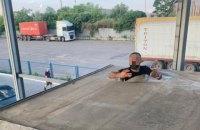В Черноморском порту среди груза шин нашли нелегального мигранта из Турции