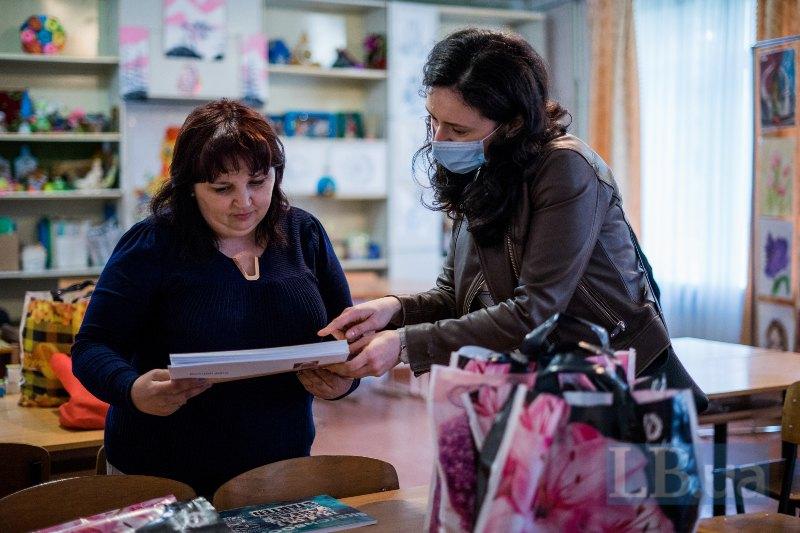 Лєна передає Людмилі Георгіївні фабри й альбоми для роботи з дітьми