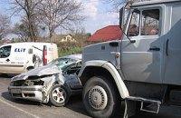 В Киеве столкнулись два грузовика и легковушка
