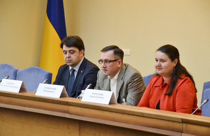 Экс-министр финансов Оксана Маркарова представила коллективу нового руководителя Минфина - Игоря Уманского (в центре) 5 марта 2020.