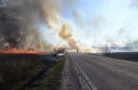 Через пожежу на полях біля Рівного довелося обмежити проїзд двома дорогами