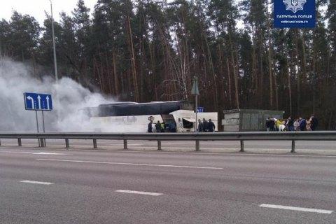 На въезде в Киев загорелся автобус с пассажирами, пострадавших нет
