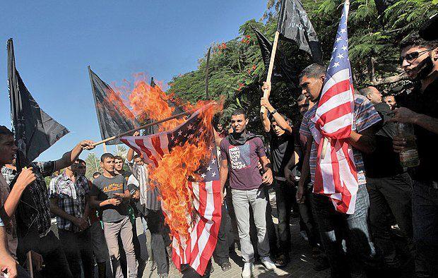 </p> <p>12 сентября 2012. Палестинские мусульмане сжигают флаг США во время акции протеста перед штаб-квартирой ЮНЕСКО в Газе