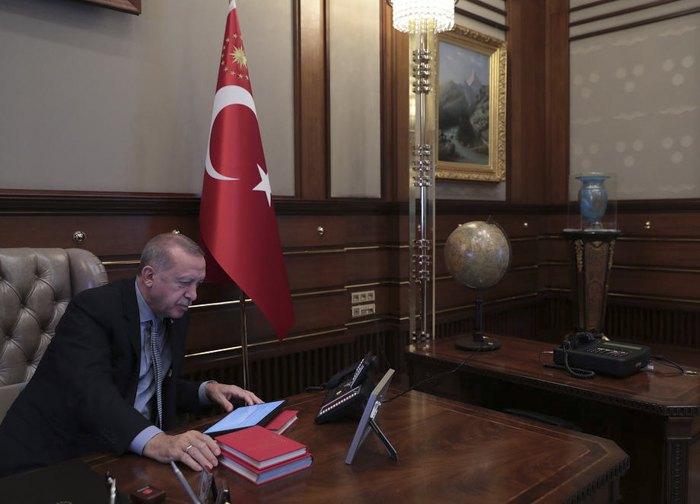 Президент Турции Реджеп Тайип Эрдоган общается с министром обороны Хулуси Акаром, отдавая приказ о начале операции в курдских районах.