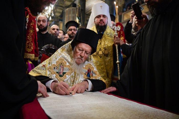 Святіший Вселенський Патріарх Варфоломій I підписує Томос про автокефалію Православної церкви України в Стамбулі, Туреччина, 5 січня 2019 року