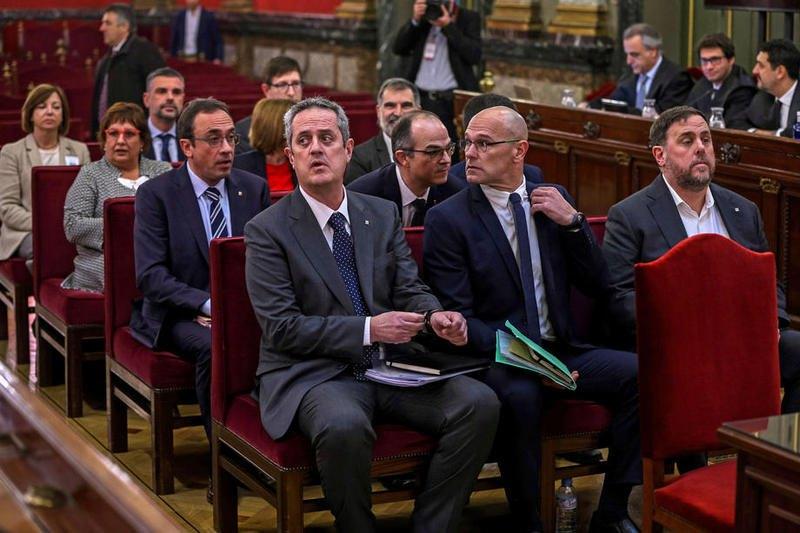Подсудимые каталонские политики. В первом ряду справа - Ориол Жункерас