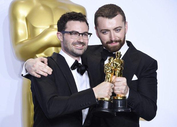 """Сэм Смит (справа) и соавтор песни к """"Спектру"""""""