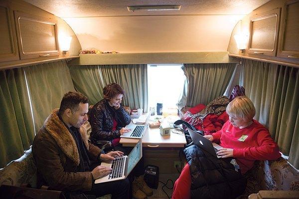 Михаил Идов (крайний слева) с соавторами в Подмосковье на съемочной площадке. Джеймс Хилл для The New York Times