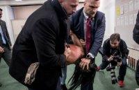 """У Празі секстремістка напала на президента: """"Земан - путінська повія"""""""