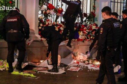 В Москве полицейские растоптали мемориал у посольства Беларуси