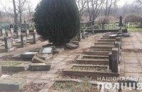В Херсоне вандалы повредили 17 памятников на братской могиле, - полиция
