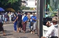 Вооруженные сторонники военного переворота в Мьянме атаковали митингующих