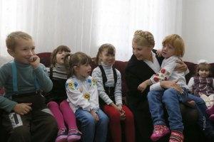 Тимошенко проведала детей-сирот, которых пытались вывезти в Россию