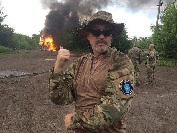 Георгий Тука на фоне сгоревшей фуры с контрабандой