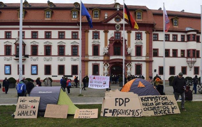 Акция протеста против СвДП перед зданием Государственной канцелярии в Эрфурте, 6 февраля 2020.