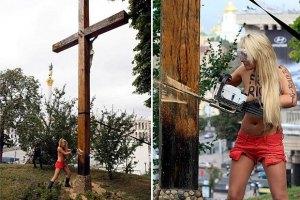 Спиляний Femen хрест відновили