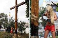 У Києві на місці спиляного FEMEN хреста встановили новий