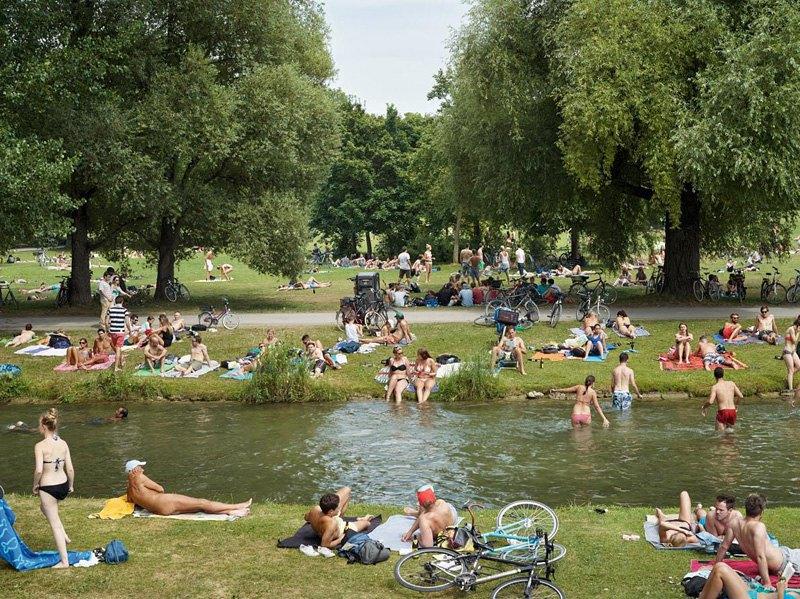 Любители позагорать - в купальных костюмах и без них - на берегу речки Швабирген, Мюнхен. Здешние места популярны среди нудистов с 1970-го года.