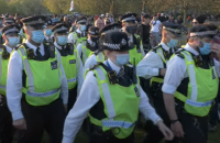 У Лондоні 10-тисячний антикарантинний марш завершився сутичками з поліцією, є постраждалі