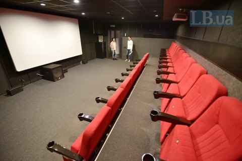 Кабмін зняв обмеження на кількість відвідувачів для кінозалів, театрів і церков