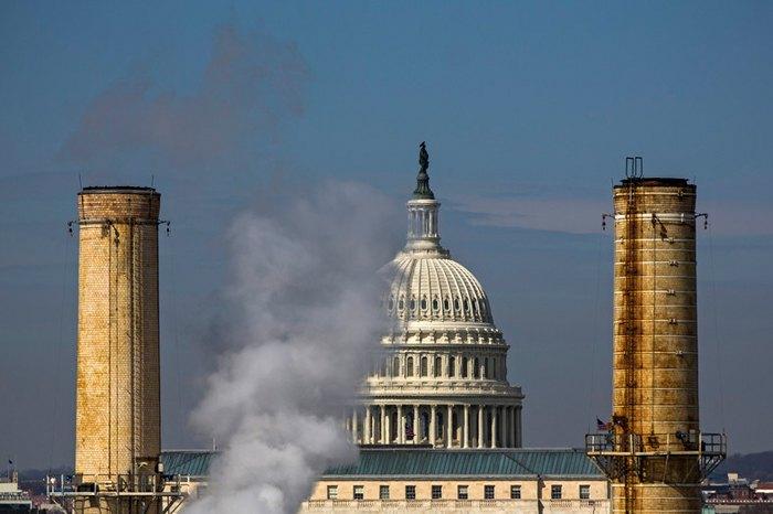 Купол Капітолію США видніється між димовими трубами єдиної вугільної електростанції столиці, Вашингтон, 10 березня 2014.