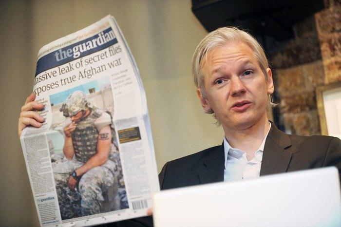 Джулиан Ассанж демонстрирует обложку The Guardian во время пресс-конференции в Лондоне, 26 июля 2010.