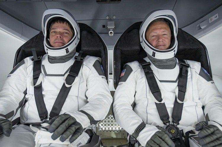 Астронавты НАСА Боб Бенкен (слева) и Даг Херли перед полётом