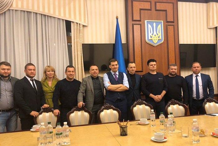 Олена Шуляк, прем'єр Олексій Гончарук з народними депутатами від Луганської та Донецької областей.