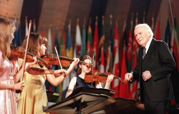 07.12.1998 Менухин дирижирует оркестром юных виртуозов в Париже во время церемонии в честь 50-летия Всеобщей декларации прав человека в штаб-квартире ЮНЕСКО