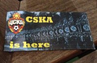 Фаны ЦСКА обклеили Манчестер стикерами со свастикой?