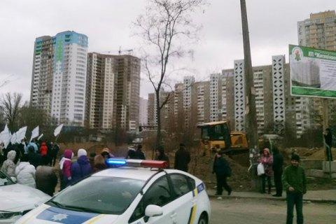 Озеро на Позняках в Киеве начали засыпать
