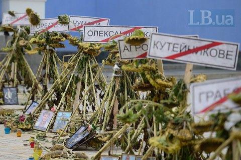 Упосольства Российской Федерации  вКиеве выставили кресты с фотоснимками  погибших под Иловайском