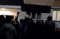 У Чернівцях сусіди хворого на коронавірус влаштували протест, вимагаючи ізолювати його дружину