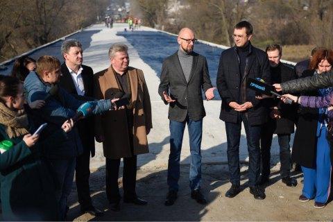 Омелян і Яценюк оглянули перебіг реконструкції мосту на Житомирщині, який не ремонтувався 54 роки