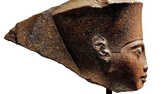 Тутанхамон представлен в образе древнеегипетского бога Амона