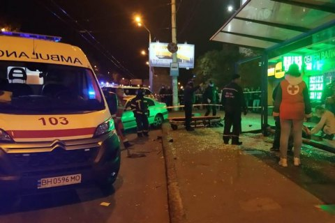 В Одесі авто влетіло в автобусну зупинку, постраждало 4 людей (оновлено)