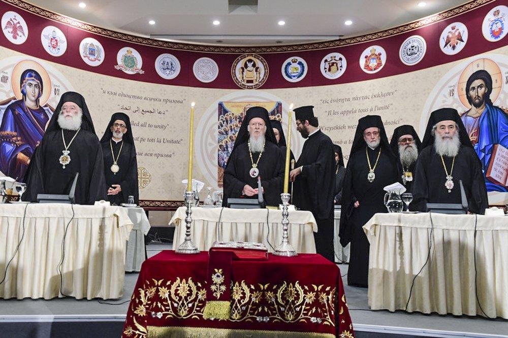 Вселенський Патріарх Варфоломій (у центрі) та глави православних церков беруть участь у першому за 1200 років Всеправославному соборі в місті Іракліон на острові Крит, Греція, 20 червня 2016 р.