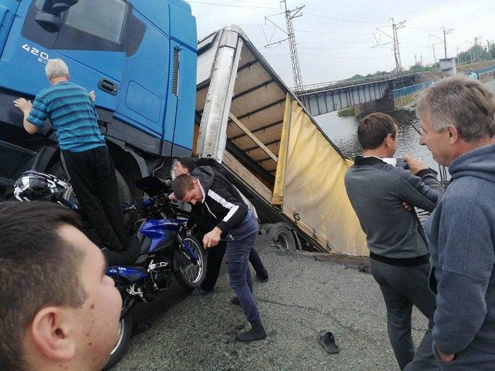 У селі Олексіївка міст впав у затоку