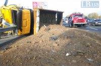 Грузовик с песком врезался в маршрутку и перевернулся на Кольцевой дороге в Киеве