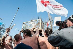 """Сторонники Тимошенко избили """"ирода-Януковича"""" и выпустили белых голубей"""