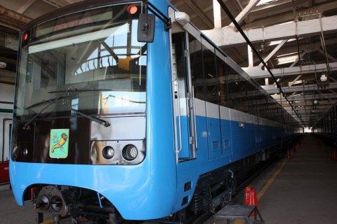В метро Харькова мужчина бросился под поезд и выжил