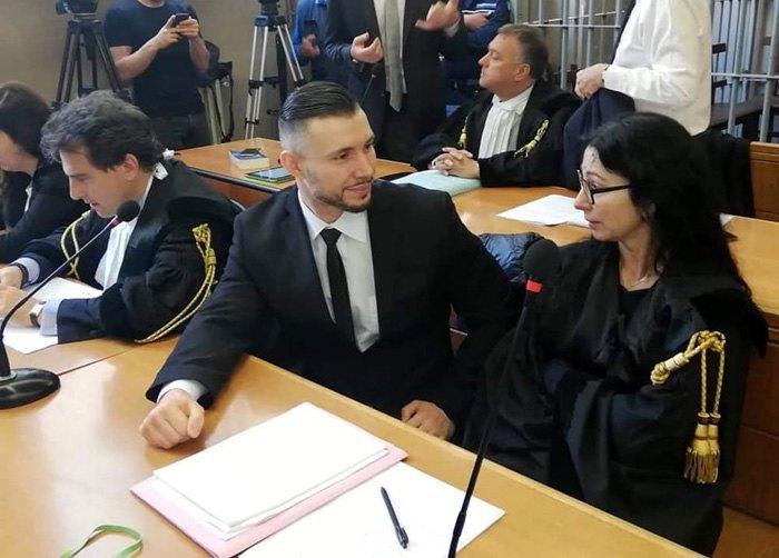 Виталий Маркив ( в центре) во время суда