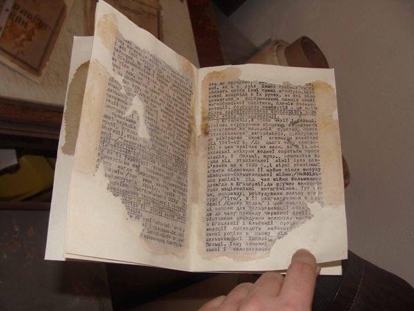Як виглядають пошкоджені документи після реставрації