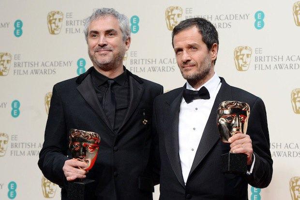 Режиссер Альфонсо Куарон (слева) и британский продюсер Дэвид Хейман с наградой за лучший британский фильм