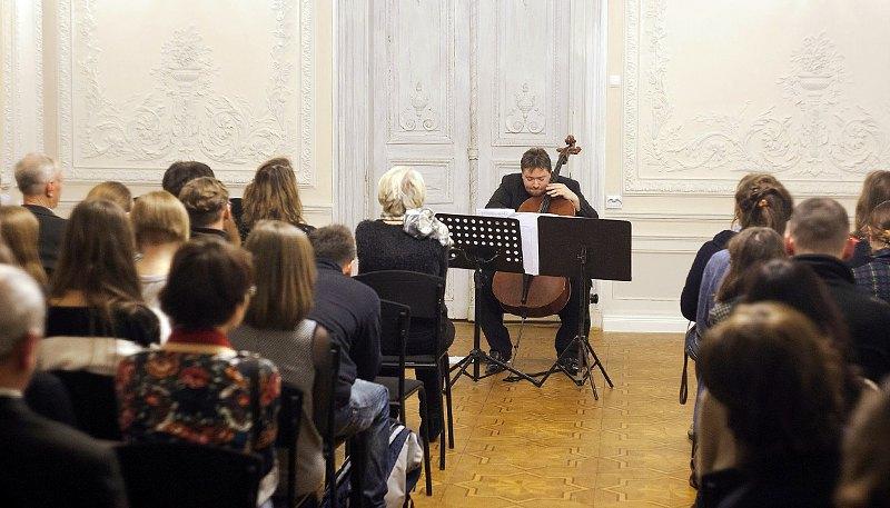 Композитор и виолончелист Томаш Скверес на фестивале КСМD в Киеве, 2015 г