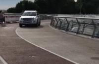 """Водій на """"Мерседесі"""" виїхав на пішохідний міст через Володимирський узвіз"""