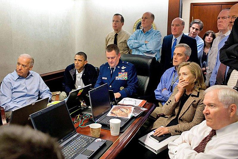 ситуационной комнате Белого дома во время операции по ликвидации Усамы бен Ладена. 1 мая 2011 года