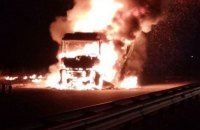 У Київській області в ДТП постраждали дві вантажівки, легковик, патрульне авто і пожежна машина