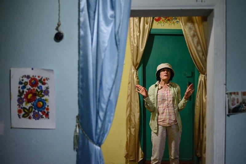 Валентина Дека показывает росписи на стенах и потолке фамильного дома своей семьи. Некоторые росписи тут были сделаны более ста лет назад, и Деки превратили свой хутор в туристический объект.