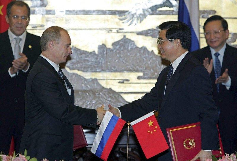 Президент России Владимир Путин и президент Китая Ху Цзиньтао после подписания соглашений в Пекине, 14 октября 2004 г.